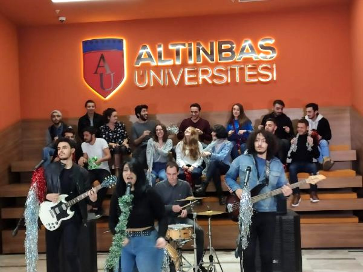 Üniversiteli gençlerden yeni yıl şarkısı